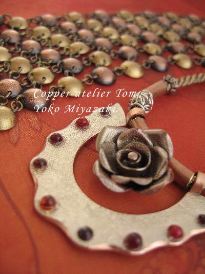 rogo 2010.1024 りびえ~る掲載 銅彫金ペンダント 薔薇&ジャラ.jpg